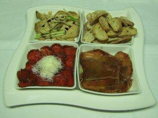 Surtido de carpaccios: foie, atún, filete de buey en diferentes compartimentos