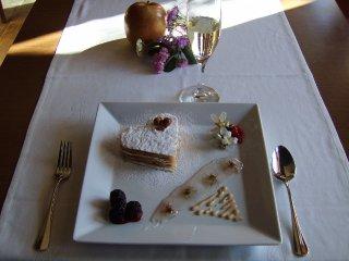 Milhojas relleno de mousse de cacahuete, confitura de violetas, frutos silvestres y cacahuetes caramelizados (San Valentín 2011)